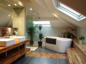 Ванные комнаты с потолочными окнами