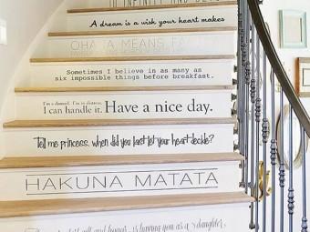 Оригинальное украшение  лестницы в доме